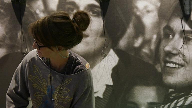 En kvinna sitter och tittar åt vänster Foto: Lotta Hoppu / Sveriges Radio Sisuradio