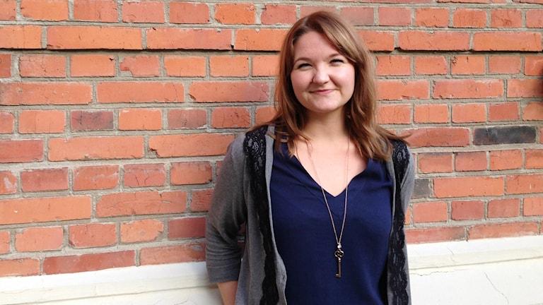 Julia Grönholm, Malmön kunnan suomenkielinen tiedottaja. Hän kääntää Malmön kotisivua suomeksi. Foto: A-L Hirvonen Nyström/SR Sisuradio
