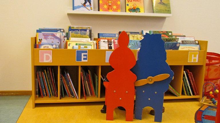 Lastenkirjaosasto. Barnboksavdelning i bibliotek. (Köping). Kuva/Foto: Anna Tainio, SR Sisuradio
