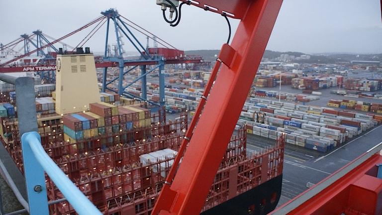 Containerfartyg sett uppifrån, många cointainrar. Foto: Lotta Hoppu / Sveriges Radio Sisuradio