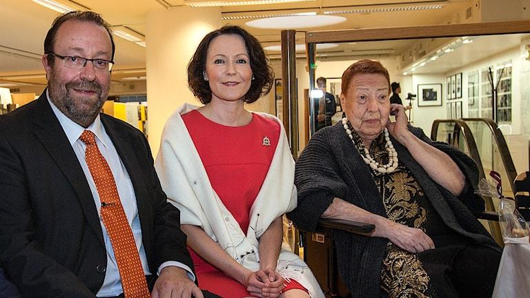 Oikealta, fr höger: Claire Aho, presidentin puoliso Jenni Haukio, Ahon poika Jussi Brofeldt. Kuva/Foto: Kenneth Luoto/flickr user Stockmann Group (CC BY 2.0). Kuva on rajattu/bilden är beskuren. Orig: http://bit.ly/1VpmLZK