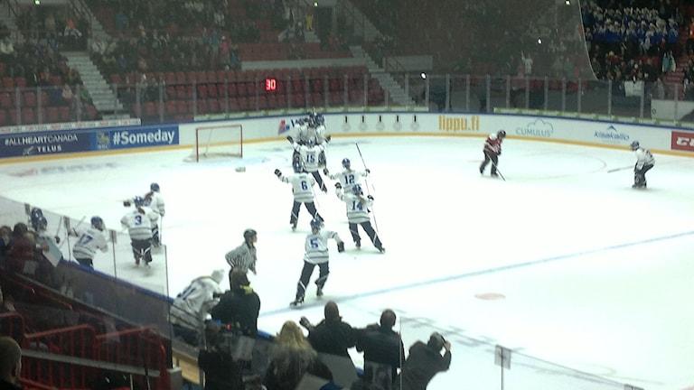 Suomen pelaajat juhlivat loppuottelun päätytyttyä