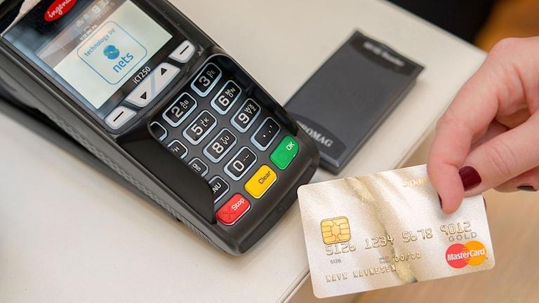 Merja Markula ei mennyt lankaan, eikä luovuttanut pankkikorttiaan. Kuva: SpareBank 1 / Flickr / (CC BY-NC-SA 2.0) Kuvaa rajattu. http://bit.ly/1nlGaQ1