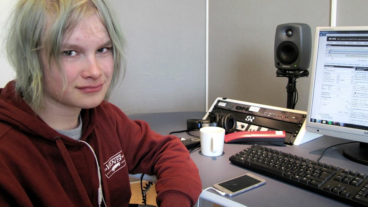Visa Penttinen istuu studiossa. Foto: Kai Rauhansalo