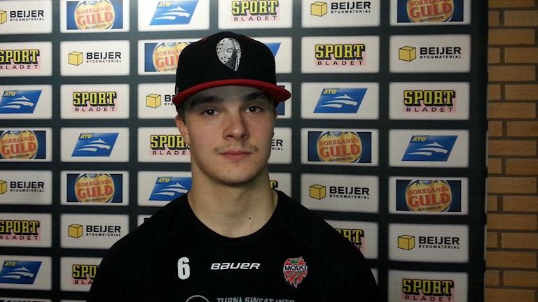Otso Rantakari, Modon tuore värväys Espoon Bluesista, on oikealta laukova nuori puolustaja. Kuva Pekka Ranta, Sveriges Radio.