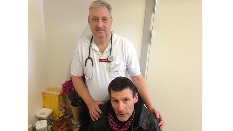 Lääkäri Knut Bodin ja Tommy Söderlund Uppsalan kodittomien vastaanotolla. Foto: Pirjo Hamilton / Sveriges Radio Sisuradio