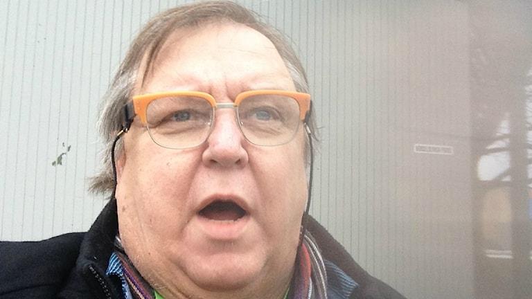 Erpo Heinolainen suu auki ja oranssisankaiset silmälasit päässä Almedalenin lavalla. Selfie: Erpo Heinolainen SR Sisuradio