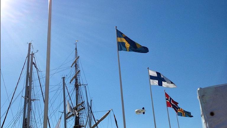 Ruotsin, Suomen, Norjan ja Ahvenanmaan lippu purjelaivasatamassa. Kuva: Marika Pietilä / Sveriges Radio Sisuradio
