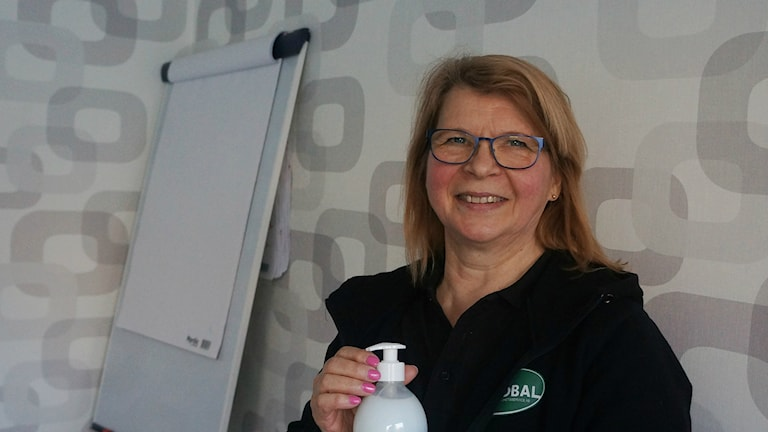 Elsa Parviainen fläppitaulun vieressä. Foto: Marja Siekkinen
