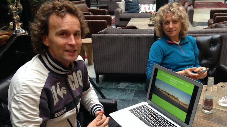 Alec Arho Havrénilla on auki kannetava tieokone, josta esittelee Gotland Ringin toimintaa. Pöydän ääressä myös vaimo Lina Havrén. Kuva/foto: Erpo Heinolainen SR Sisuradio