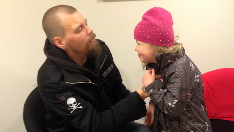 Jarkko Valtakoski ja tytär Lova. Foto: Veronica Karlsson/Sisuradio Sveriges Radio