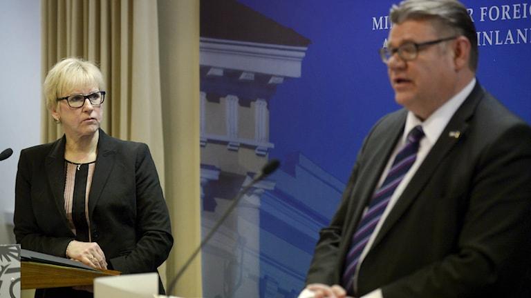 Suomen ja Ruotsin ulkoministerit Margot Wallström ja Timo Soini tapasivat Helsingissä marraskuussa 2015. Foto: Antti Aimo-Koivisto / Lehtikuva