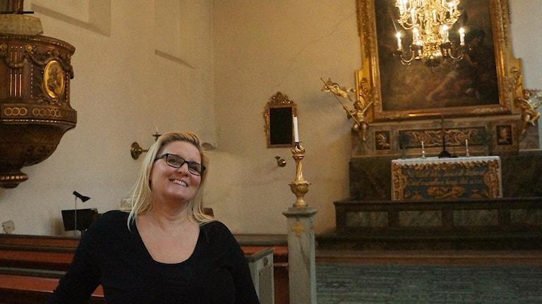 Jaana Kivikangas tutussa kirkkosalissa, jolla on remontti edessä. Kuva/Foto: Marja Siekkinen