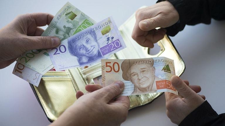 Ruotsin uusia seteleitä lompakon yläpuolella. Kuva/Foto: Fredrik Sandberg/TT
