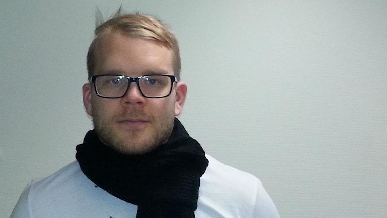 Jukka Voutilainen, silmälasit päässään. Hän vieraili Jönköpingin radiotalon studiossa tammikuun lopussa. Kuva Pekka Ranta, Sveriges Radio.