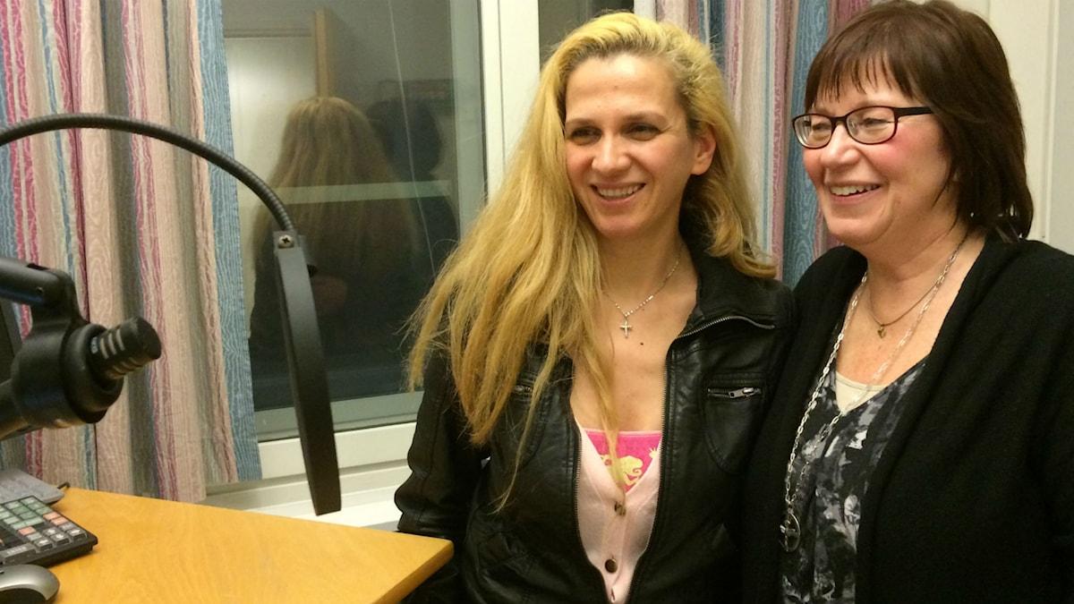 Syyrialainen Samar Marina ja Kaarina Danskain Uddevallan radiostudiossa mikrofonin äärellä