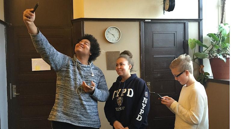 Nuoret ottavat selfien.
