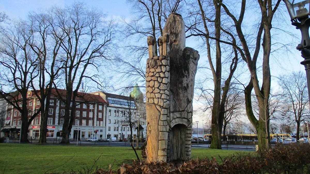 Lennart Landh ja Björn Edsholm ovat luoneet veistoksen puun rungosta, josta on jätetty pystyyn n viisi metriä. Veistos on tehty moottorisahalla. Se on tehty satutaiteilija John Bauerin kuvien henkeen.