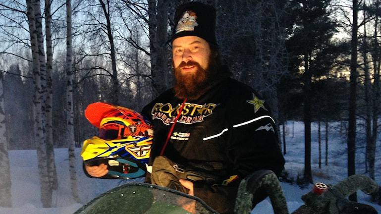 Lars Lundbergillä on kypärä kädessä ja pipo  päässä. Alavalo valaisee parrakkaat kasvot.