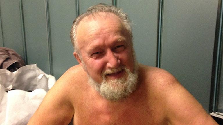 Parrakas Emil Fiskfors saunan pukuhuoneessa