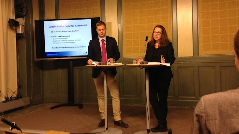 Kuvassa koulutusministeri Gustav Fridolin ja selvityksen tehnyt Eva Durhan.
