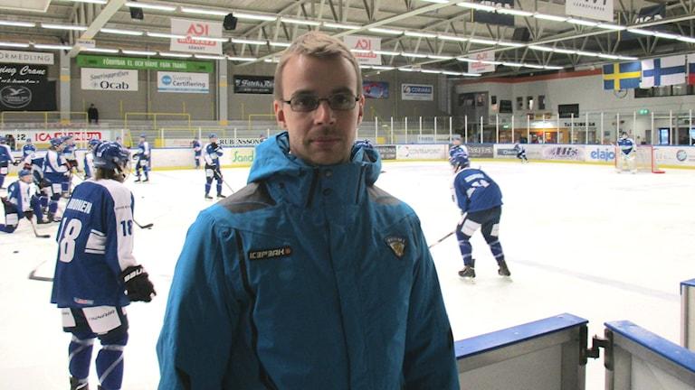 Suomen U16-jääkiekkomaajoukkueen päävalmentajana Tranåsissa oli Lauri Merikivi.