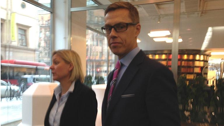 Ruotsin finanssiministeri Magdalena Andersson ja Suomen valtiovarainministeri Alexander Stubb Finansdepartementetin aulassa kokouksensa jälkeen.