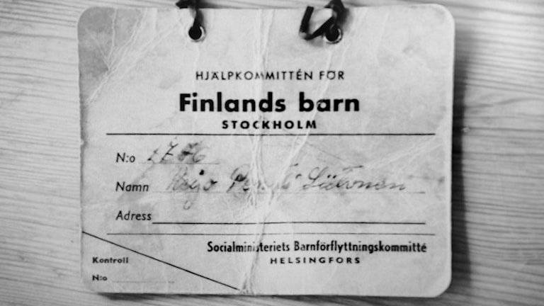Pentti Warberg kantoi kaulassaan lappua saapuessaan Ruotsiin. Bild: Anne Sjödin