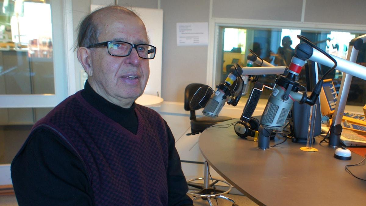 Pentti Warberg Sisuradion studiossa Gävlessä.
