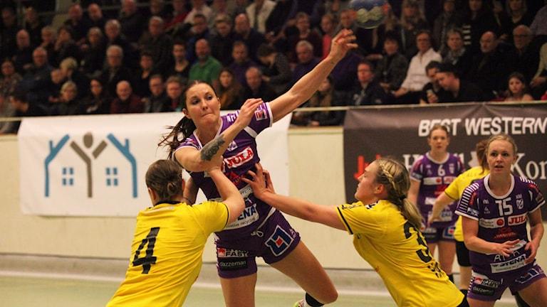 Aleksandra Roos heittää