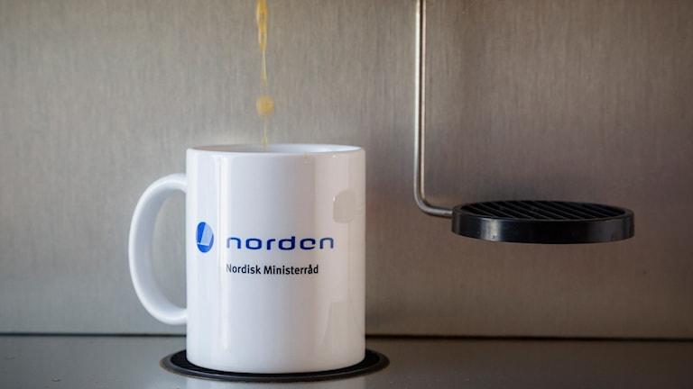 Kaffemugg i kaffemaskin.