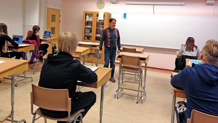 Marielundin koulun kahdeksasluokkalaiset opiskelevat äidinkieltään suomea opettaja Hannu Riston johdolla.