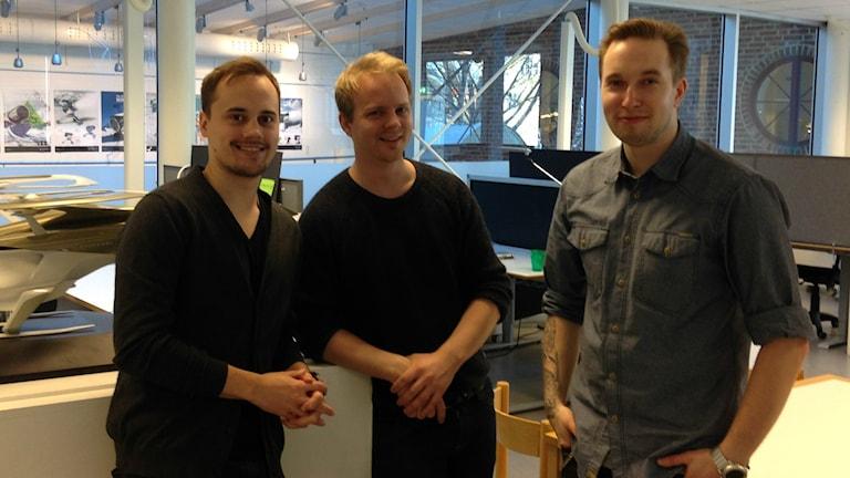 Vasemmalta lukien Antti Laukkanen, Viljami Räisänen ja Sami Laiho seisovat avoimessa konttorimaisemassa.