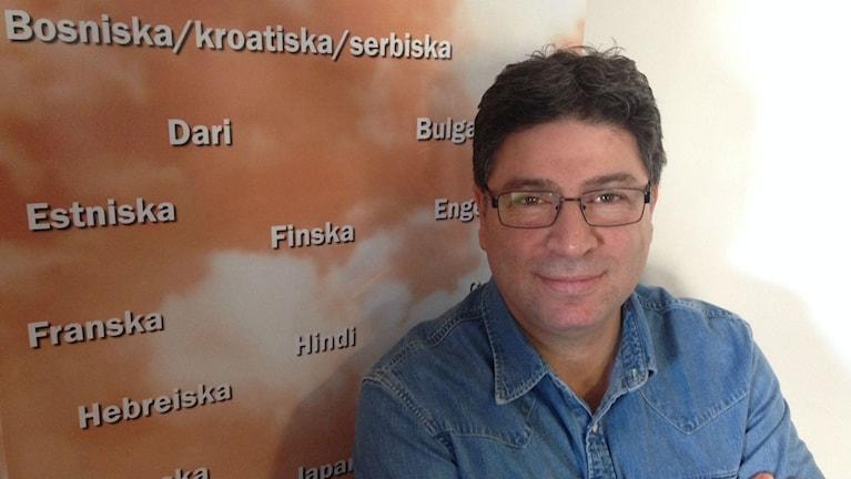 Uppsalan Kielikoulussa opetetaan 47 kieltä.It-kehittäjä Kevin Mavane auttaa etäopetuksessa.