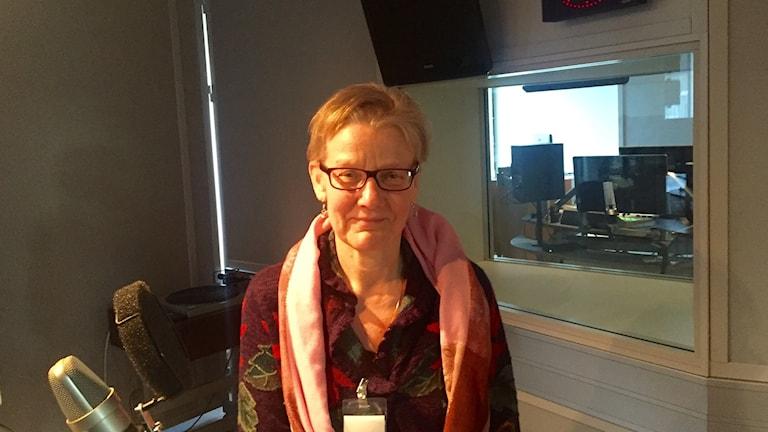 Irma Sankila Tukholman radiotalon studiossa.