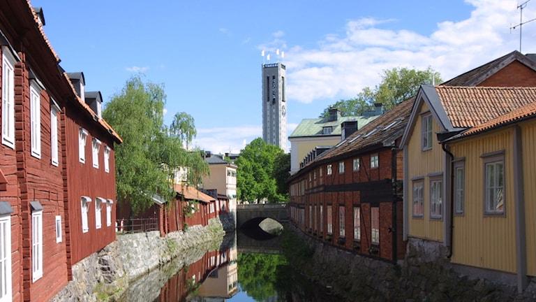 Västerås. Vy över Svartån, gamla hus och stadshustornet i mitten.