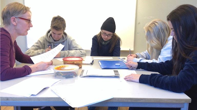 Lektion i finska i Södertälje. På bilden fyra elever och en lärare.