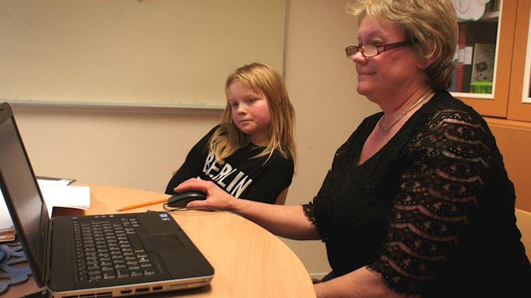 Anne Knutsson työskentelee äidinkielenopettajana Falunissa. Oppilaana 5-luokkalainen Turilus Alaoja.