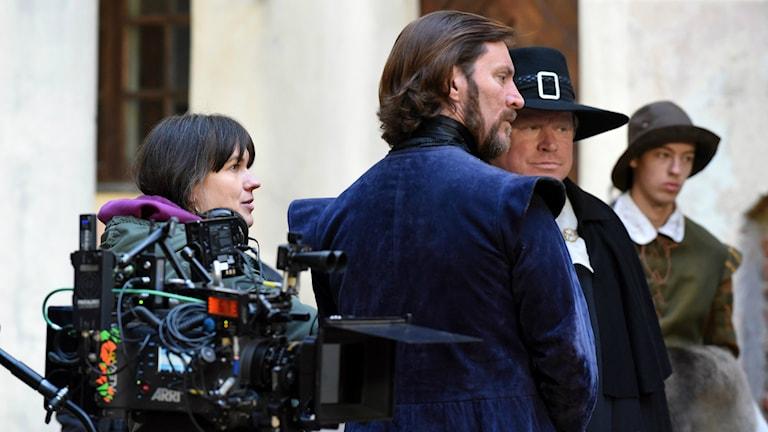 Filminspelning med en kvinling regissör och två manliga skådelspelare