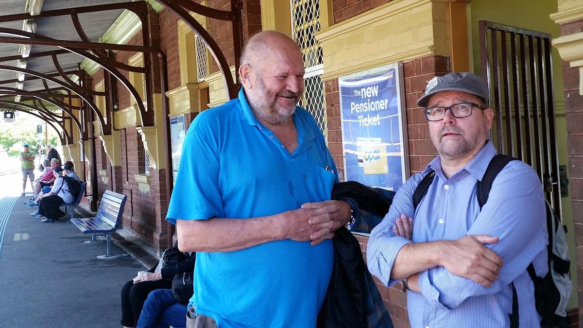 Edvard Toppila ja pastori Martti Paananen odottava junaa Brooklyn Bridgen asemalla Sydneyssä.