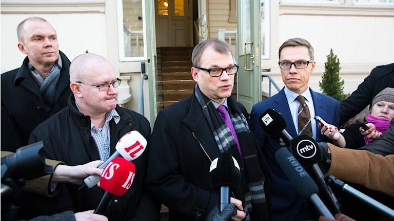 Suomen pääministeri Sipilä, ministeri Stubb ja Lindström toimittajien tavattavissa