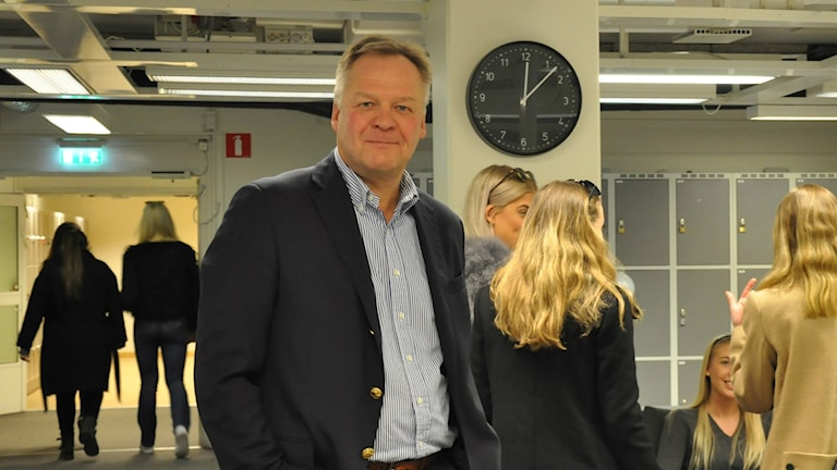 Taloudellisen tiedotustoimiston toimitusjohtaja Kari Väisänen vierailulla Thoren Business Schoolissa. Taustalla oppilaita.