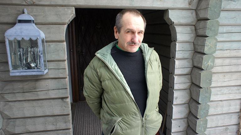 Hitsari Raimo Mämmelä ovensa edustalla.