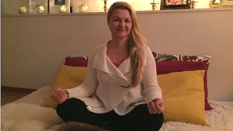 Cosmic Johanna Tiainen työhuoneellaan, foto: Anni Riit´aho