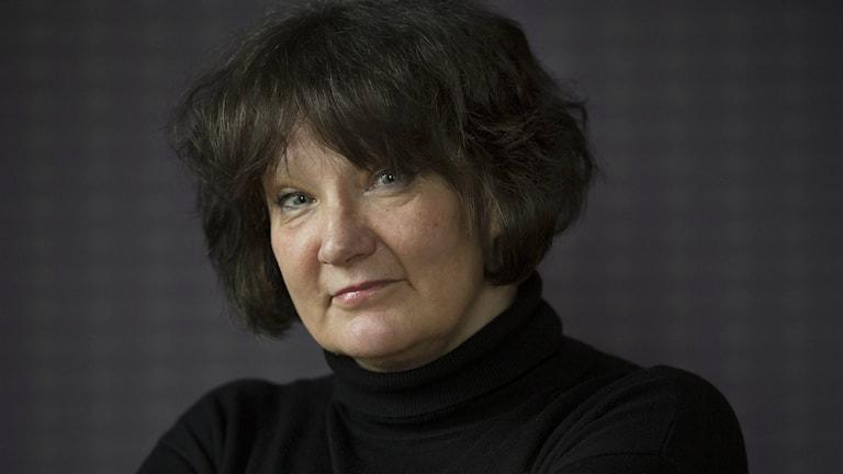 Etualalla mustiin pukeutunut Monika Fagerholm