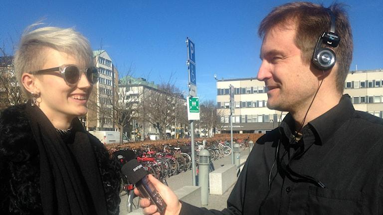 Sisuradion toimittaja haastattelee Elin Blomia