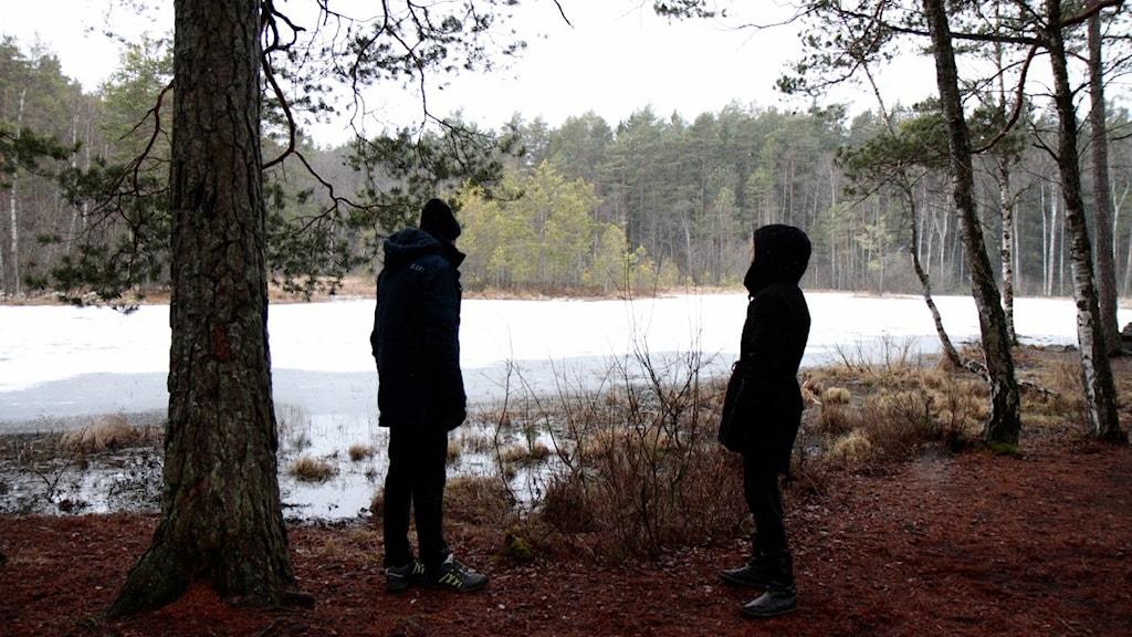 Lukupiiriläiset Keijo Knutas ja Hanna Hallakumpu metsälammen rannalla.