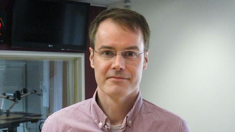 Terrorismitutkija Marco Nilsson. Hänellä on silmälasit ja punavalkoraidallinen button-down paita.