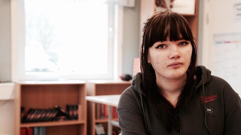 Emilia Ovaska istuu luokkahuoneessa.