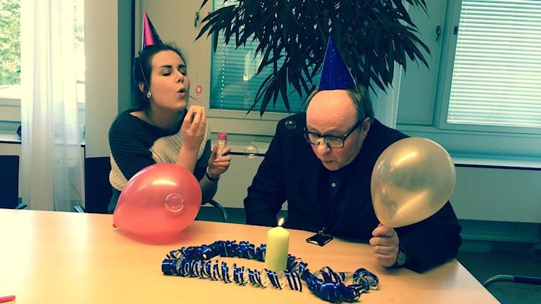 Iltapäivän juhlintaa, saippuakuplia, ilmapalloja, Marika Pietilä ja Jorma Ikäheimo